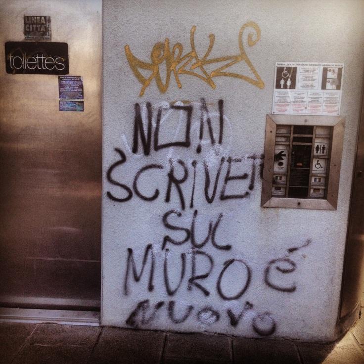 non scrivere sul muro